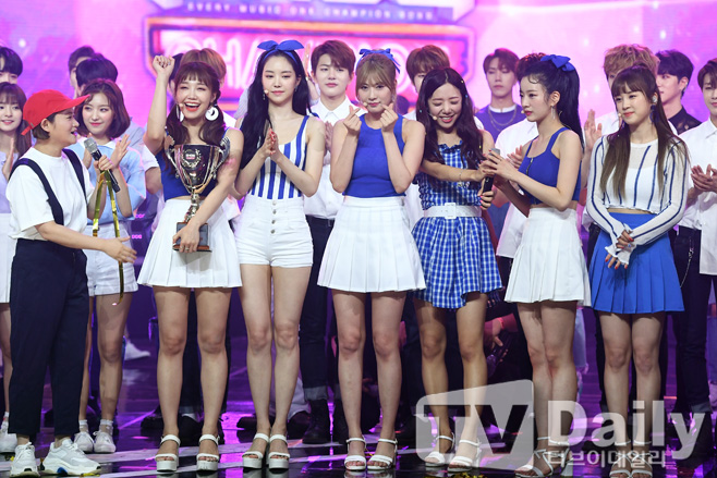 Apink、「SHOW CHAMPION」で1位! 音楽放送2冠…涙