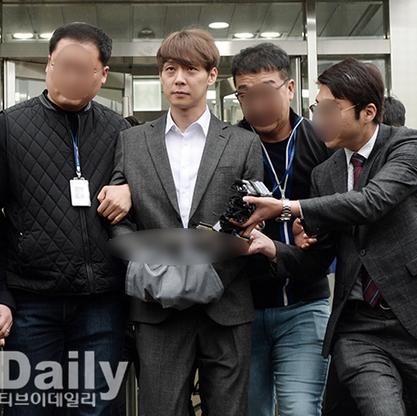 麻薬使用容疑パク・ユチョン、両手に捕縄…拘束令状実質審査後に衝撃的な姿で報道陣の前に