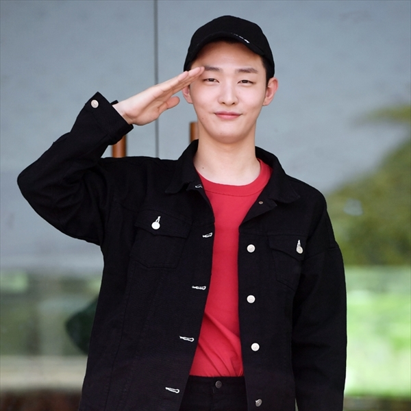 Wanna One出身ユン・ジソンが入隊! 「元気に戻ってきます」