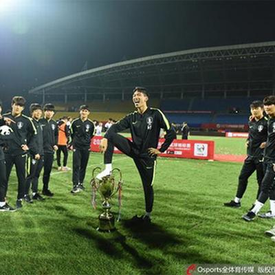 優勝カップ踏みつけでサッカー韓国U-18、優勝をはく奪
