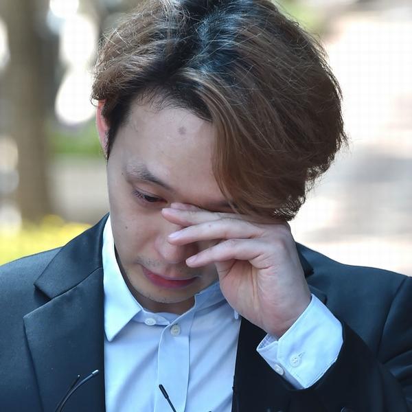 有罪判決ユチョン、68日ぶり釈放で涙! 「正直に生きます」